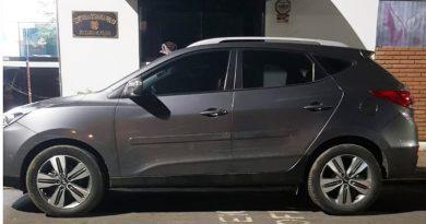 Um homem e um adolescente são flagrados durante roubo de veículo