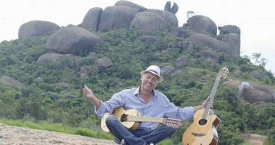 Cantor e compositor Roberto Saldanha comemora 10 anos de seu CD Pedra Grande