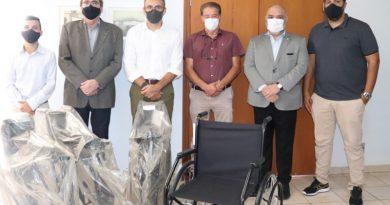 Diretoria da Unimed Itatiba visita prefeito de Piracaia e entrega 4 cadeiras de rodas para o município