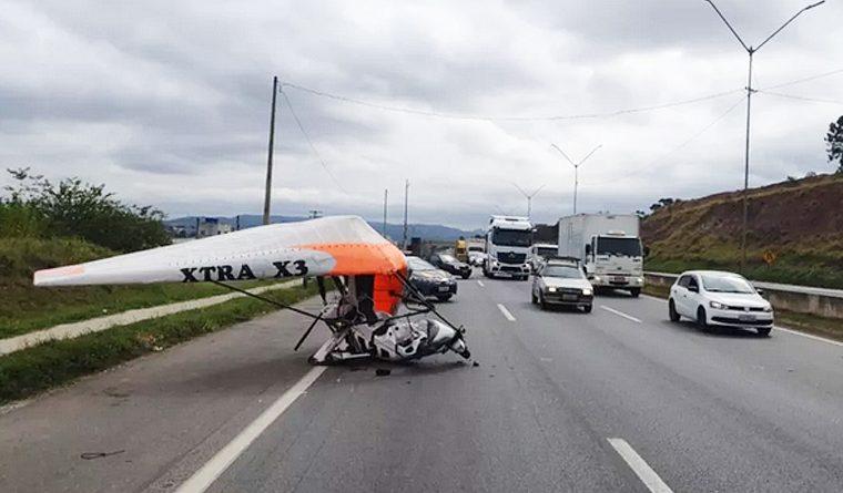 Dois ficam feridos após ultraleve fazer pouso de emergência na Fernão Dias em Atibaia